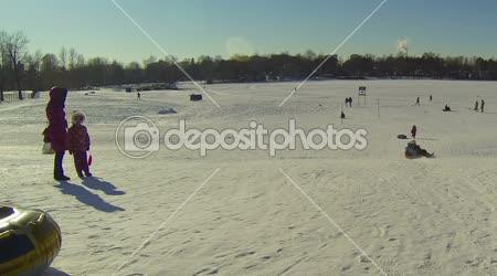 Děti sjíždět ledové kopce