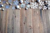 Papírové vystřihovánky sněhových vloček na pozadí