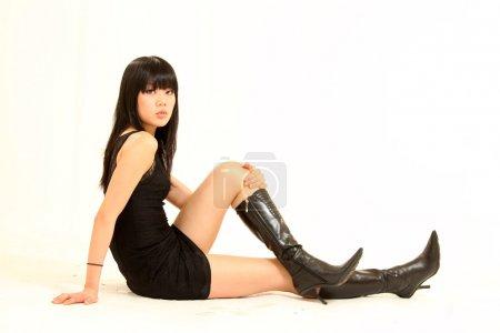 Photo pour Belle jeune modèle féminin en milieu isolé studio - image libre de droit