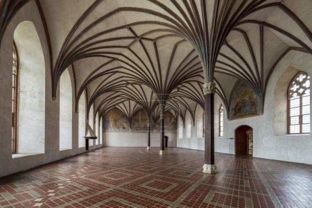 Photo pour Chambre dans le plus grand château gothique en europe - malbork. château teutonique. Liste du patrimoine mondial l'unesco. Galerie gothique dans le château de malbork, Pologne - image libre de droit