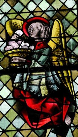 Photo pour Ange avec Eucharistie sur un vitrail dans la cathédrale de Rouen, France, le 10 février 2013. Cette fenêtre a été créée il y a plus de 500 ans, aucune libération de propriété n'est requise . - image libre de droit