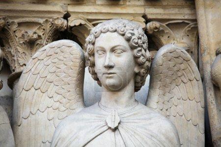 Photo pour Statue d'ange dans le portail de la Vierge à la cathédrale Notre-Dame de Paris, France. Cette statue a été créée il y a plus de 500 ans, aucune libération de propriété n'est requise - image libre de droit