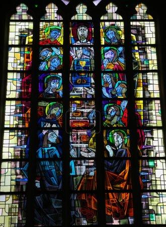 Photo pour Vitrail représentant la Dernière Cène dans l'église Notre-Dame de Saint-Truiden, Belgique. Cette fenêtre a été créée il y a plus de 100 ans, aucune libération de propriété n'est requise . - image libre de droit