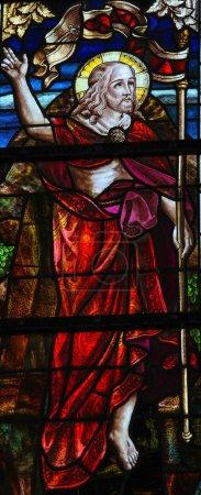 Photo pour Vitrail représentant Jésus se levant du tombeau le dimanche de Pâques. Cette fenêtre est située dans l'église de Boortmeerbeek, Belgique, et a été créée il y a plus de 100 ans, aucune libération de propriété n'est requise . - image libre de droit