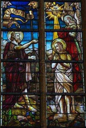 Photo pour Vitrail représentant Jésus baptisé par saint Jean-Baptiste dans le Jourdain. Cette fenêtre est située dans l'église de Boortmeerbeek, Belgique, et a été créée il y a plus de 100 ans, aucune libération de propriété n'est requise . - image libre de droit
