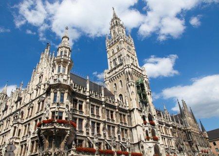 Photo pour Neues Rathaus, la nouvelle mairie, sur la Marienplatz dans la vieille ville de Munich, capitale de la Bavière, Allemagne. Toutes les statues et inscriptions visibles ont été créées il y a plus de 100 ans, aucune libération de propriété n'est requise . - image libre de droit