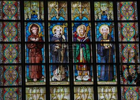 Photo pour Vitrail dans une église de Louvain, Belgique, représentant saint François, saint Dominique, saint Augustin et saint Benoît. Cette fenêtre a été créée il y a plus de 100 ans, aucune libération de propriété n'est requise . - image libre de droit