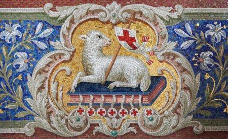 Photo pour Agneau de Dieu (agnus dei) mosaïque dans l'église de martini à braunschweig, Basse-Saxe, Allemagne. Cette mosaïque est âgé de plus de 100 ans, aucune libération de propriété n'est nécessaire. - image libre de droit