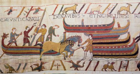 Photo pour Détail de la tapisserie de bayeux décrivant l'invasion normande de l'Angleterre au XIe siècle. cette tapisserie est vieux de plus de 900 ans, aucun rejet de propriété n'est nécessaire. - image libre de droit