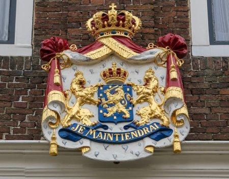 Photo pour Blason avec la devise je maintiendrai (j'organiserai) de la famille royale néerlandaise sur un vieil immeuble à zierikzee, Pays-Bas. ce blason a été créé il y a plus de 200 ans, aucune libération de propriété n'est nécessaire. - image libre de droit