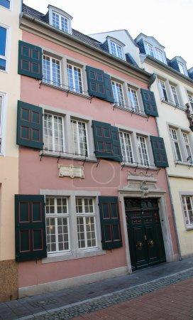 Photo pour Lieu de naissance du célèbre compositeur ludwig van beethoven à bonn, Nord Westphalie, Allemagne. Cette maison et les inscriptions sur la maison sont plus de 100 ans d'âge, aucun rejet de propriété n'est nécessaire. - image libre de droit