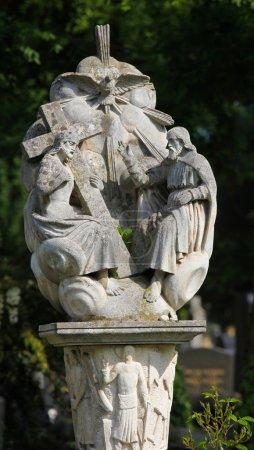 Photo pour Sculpture représentant la Sainte Trinité, le père, le fils et le Saint-Esprit, le zentralfriedhof de Vienne, austria.this sculpture est âgé de plus de 150 ans, aucun rejet de propriété n'est nécessaire. - image libre de droit