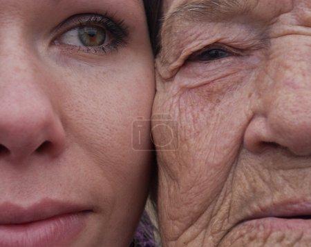 Photo pour Le portrait de grand-mère et petite-fille, visages vue rapprochée - image libre de droit