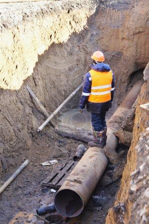 Photo pour Constructeur ouvre de nouveaux tuyaux - image libre de droit