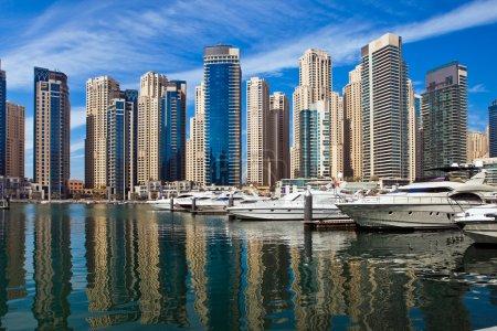 Photo pour Bateaux et yachts garés dans le célèbre quartier de Marina à Dubaï, Émirats arabes unis . - image libre de droit