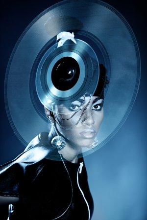Photo pour Jolie femme africaine avec disque vinyle sur la tête - image libre de droit