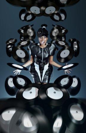Photo pour Femme africaine futuriste, crier avec disques vinyles - image libre de droit