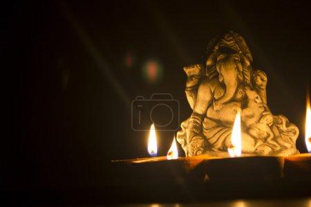 Photo pour Seigneur ganesha avec lampes à huile - image libre de droit