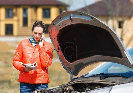 Photo pour Femme à la voiture cassée appel à l'aide - image libre de droit