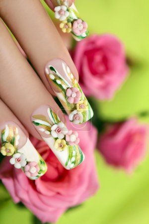 Photo pour Acrylique roses de l'été sur les ongles artificiels avec des roses sur fond vert - image libre de droit