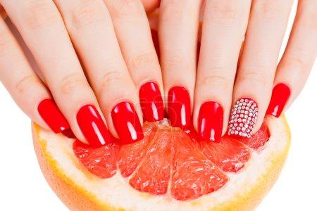 Photo pour Fille avec vernis à ongles rouge vif sur les ongles - image libre de droit