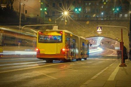 Photo pour Bus sur la route la nuit - image libre de droit