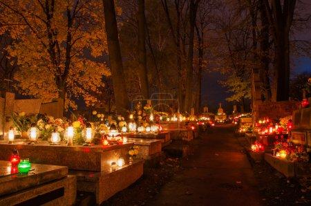 Photo pour Cimetière avec des bougies sur les tombes. Pologne, Cracovie . - image libre de droit
