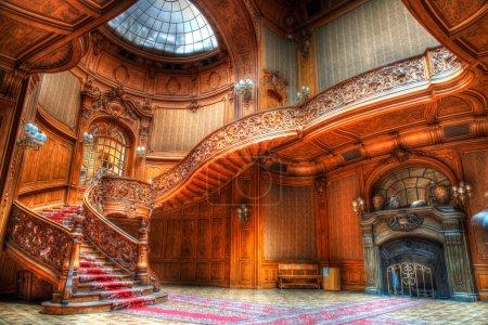 Photo pour Vieux escaliers en bois dans une vieille bâtisse - image libre de droit