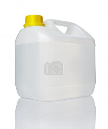 Photo pour Gros plan d'un conteneur blanc sur fond blanc - image libre de droit