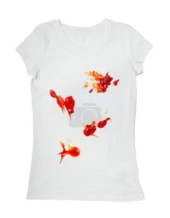 Photo pour Gros plan taches de ketchup sur t-shirt blanc - image libre de droit