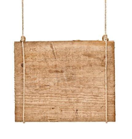 Photo pour Gros plan d'un panneau en bois vide accroché à une corde sur fond blanc - image libre de droit