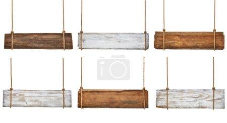 Photo pour Collection de divers panneaux de bois vides accrochés à une corde sur fond blanc. chacun est tiré séparément - image libre de droit