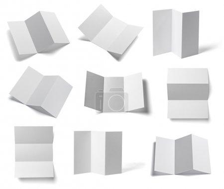 Foto de Colección de varios folletos en blanco y negro sobre fondo blanco. Cada uno es disparado por separado. - Imagen libre de derechos