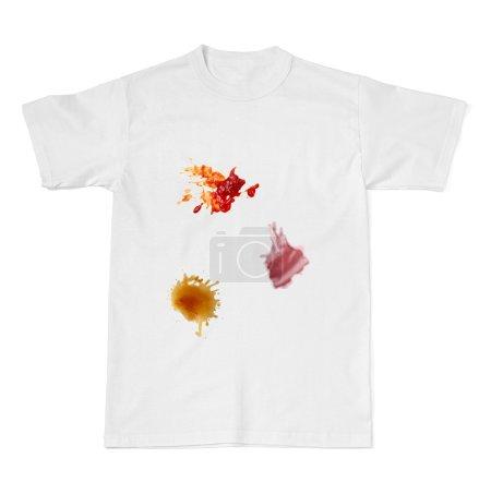 Photo pour Collection de diverses taches alimentaires de ketchup, chocolat, café et vin sur t-shirt blanc - image libre de droit