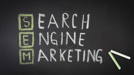 Photo pour Illustration de la craie sur le fond sombre de marketing des moteurs de recherche. - image libre de droit