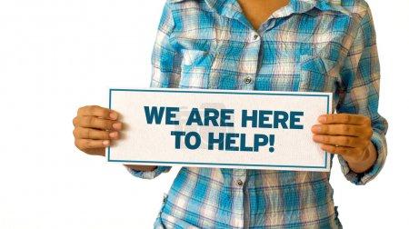 Photo pour Une femme tenant un Nous sommes ici pour aider à signer . - image libre de droit