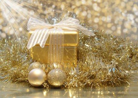 Foto de Fondo de Navidad con regalo de oro con brillantes estrellas - Imagen libre de derechos