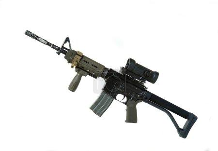 Photo pour Série d'armes modernes. US Army Spec Ops M4A1 carabine de construction personnalisée avec récepteur supérieur de style RAS Viltor, vue à point rouge, poignée tactique et stock de grue. Studio tourné isolé sur un fond blanc - image libre de droit