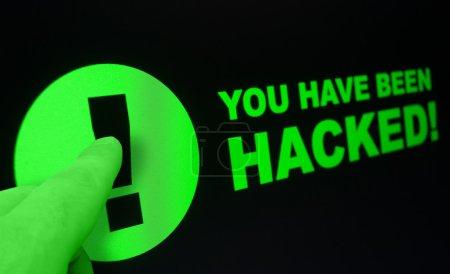 Photo pour Shopping en ligne - Finger Pushing Vous avez été piraté Connexion sur l'écran tactile - image libre de droit