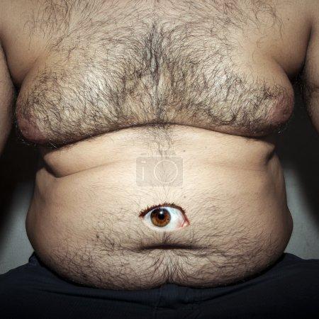 Photo pour Monstrueuse graisse du ventre de l'homme sale avec les yeux - image libre de droit