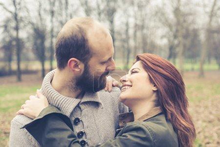 Photo pour Gros plan visages de couple amoureux au parc hiver - image libre de droit