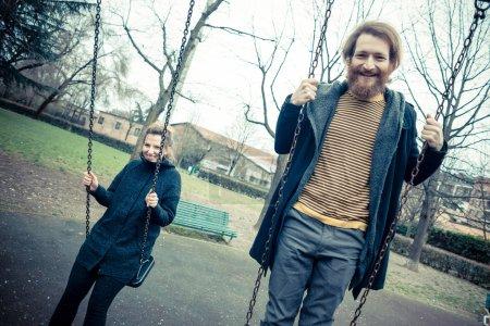 Photo pour Jeune couple élégant moderne à l'extérieur - image libre de droit
