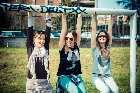 Photo pour Trois beaux amis authentiques dans le concours urbain - image libre de droit