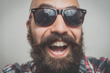 Photo pour Hipster longue barbu et moustache homme chemise carrés selfie - image libre de droit