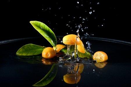 Foto de Cítricos caer agua gotas salpicar por todos lados. concepto de frescura y pureza. - Imagen libre de derechos