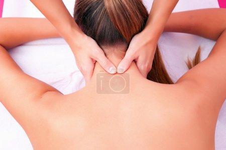 Photo pour Mobilisation cervicale thérapie manuelle colonne cervicale - image libre de droit