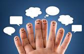 """Постер, картина, фотообои """"Счастливые группы палец смайлики с социальной чат знак и речи b"""""""