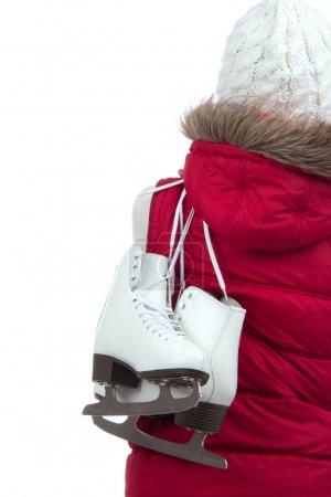 Photo pour Femme avec des patins à glace à l'arrière se prépare pour l'activité de sport d'hiver patinoire en chapeau souriant isolé sur fond blanc - image libre de droit