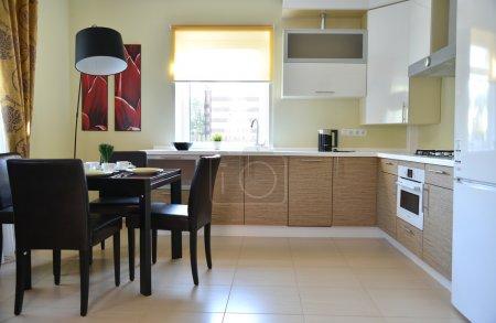 Photo pour Superbe intérieur de cuisine maison avec appareils modernes - image libre de droit