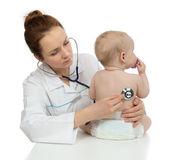 Doktor auscultating dítě dítě pacienta srdce s stetoskop
